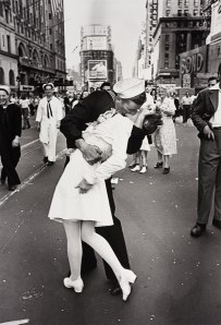 Alfred-Eisenstaedt-Kiss-in-Times-Square-photo